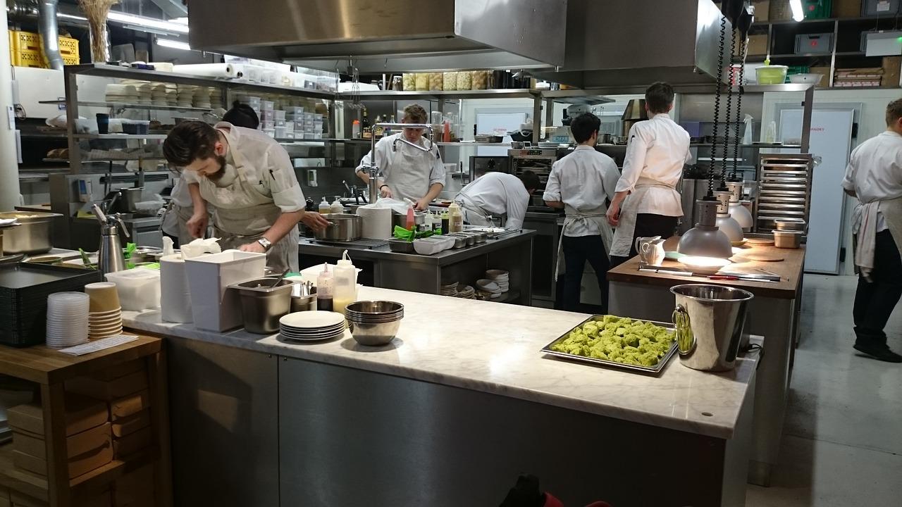 Szafy chłodnicze i mroźnicze – standardowe wyposażenie lokali gastronomicznych